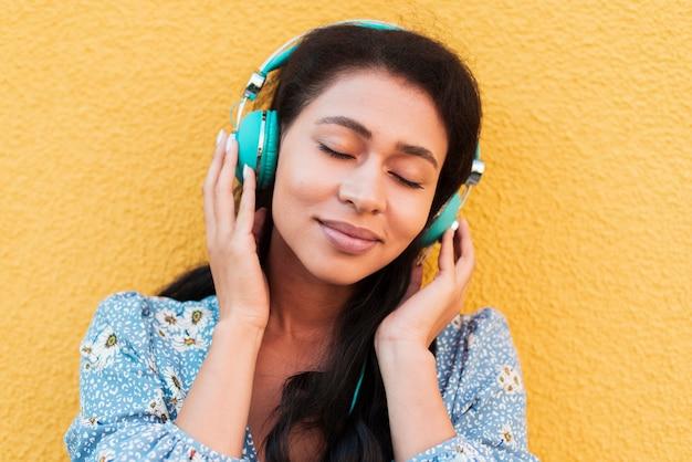 音楽を聴く女性のクローズアップの肖像画 無料写真