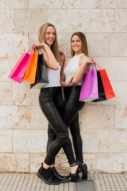 写真のポーズの買い物袋を持つ女の子 無料写真