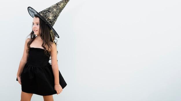 正面コピースペースを持つ魔女の衣装の少女 無料写真