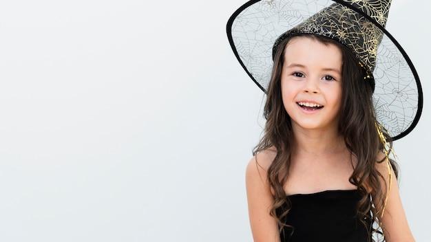 Маленькая девочка в костюме ведьмы с копией пространства Бесплатные Фотографии