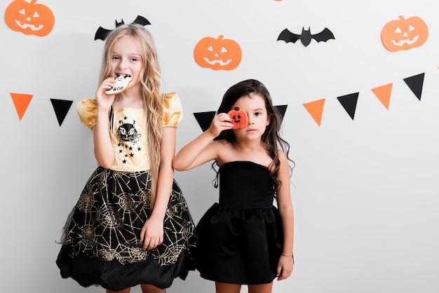 ハロウィーンの魔女の衣装で正面の女の子 無料写真