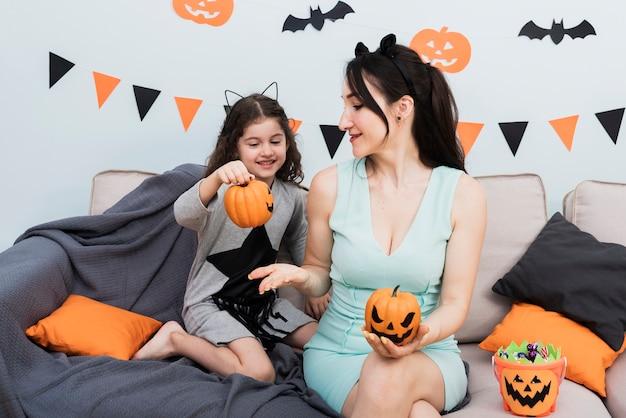 Вид спереди молодой женщины и маленькой девочки Бесплатные Фотографии