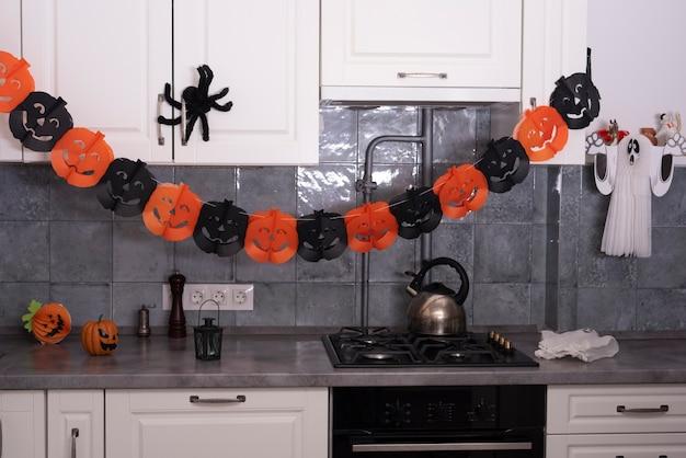 キッチンでのハロウィーンの飾り 無料写真