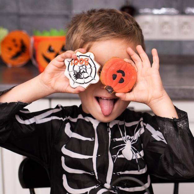 クッキーと小さな男の子の正面図 無料写真