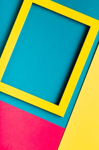 カラフルな背景のトップビュー黄色フレーム 無料写真