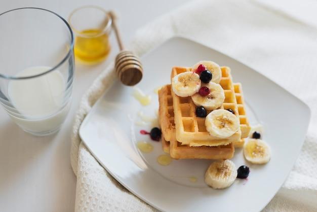Высокий угол вафли и фрукты на тарелке Бесплатные Фотографии
