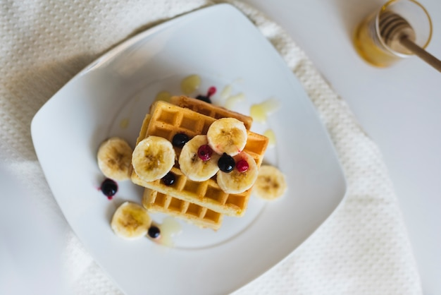 Вид сверху вафли с фруктами на тарелке Бесплатные Фотографии