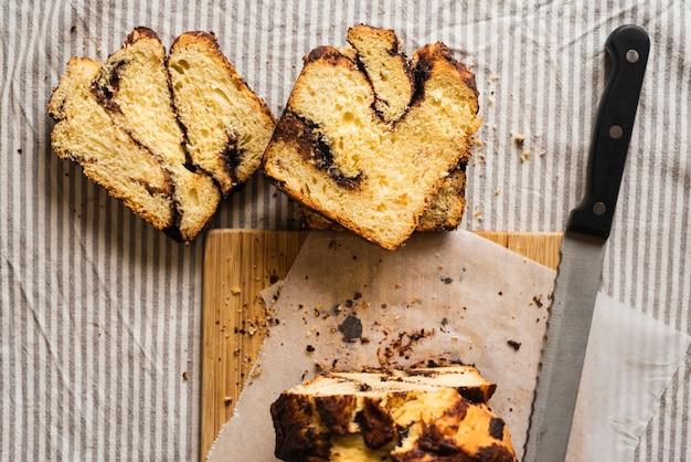 スライスした甘いパンとナイフのトップビュー 無料写真