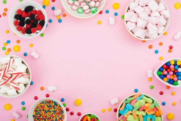 Чаши с красочными и ароматизированными конфетами Бесплатные Фотографии