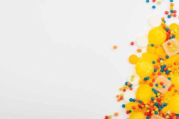 Ассорти конфет на белом столе Бесплатные Фотографии
