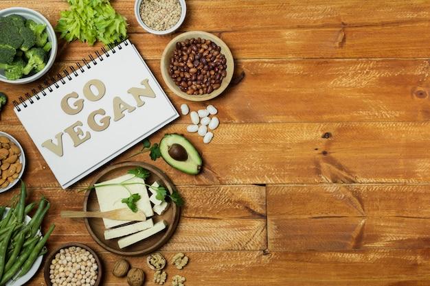 Плоская планировка со здоровой пищей на деревянном фоне Бесплатные Фотографии