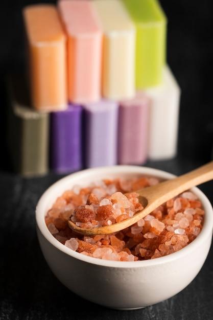 ミネラル塩と石鹸のクローズアップボウル 無料写真