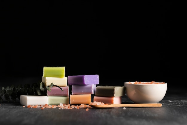 正面のさまざまな種類の自家製石鹸 無料写真