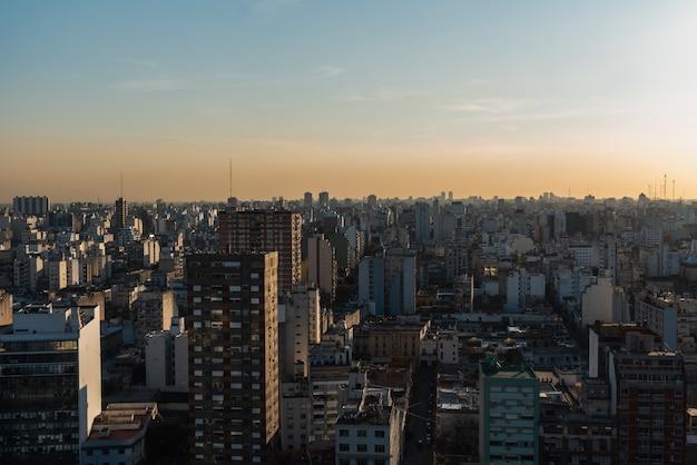 広範な市街地のスカイラインの眺め 無料写真