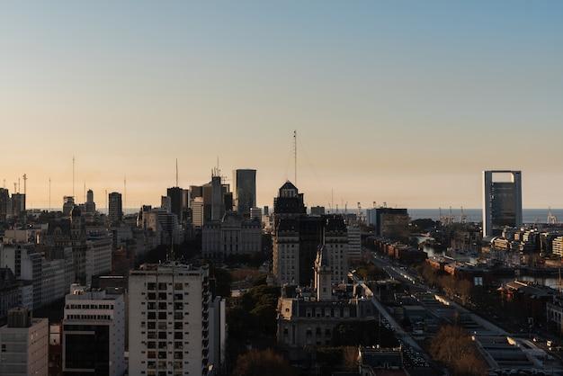 広範囲に広がる市街地のスカイライン 無料写真