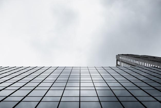 ガラス張りのモダンな建物の底面図 無料写真
