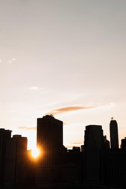Нью-йорк на фоне линии горизонта в сумерках Бесплатные Фотографии