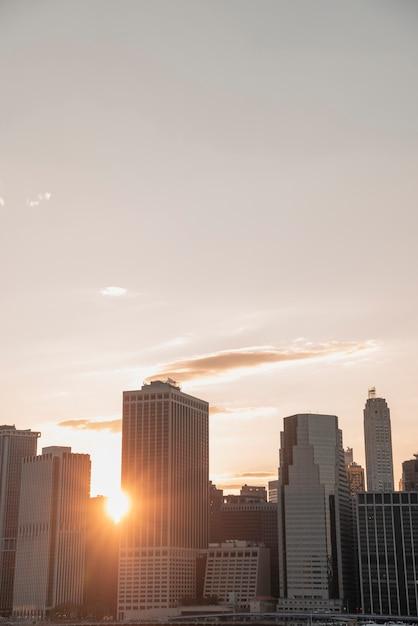 太陽とニューヨーク市のスカイライン 無料写真