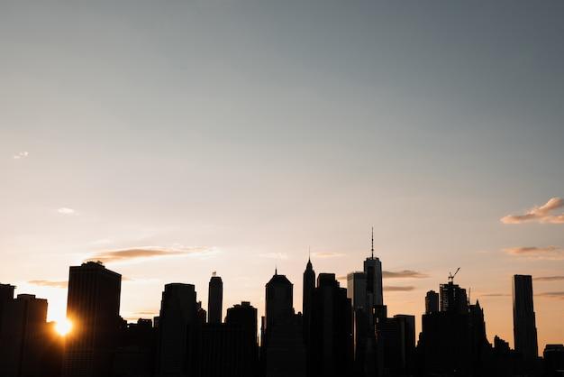 日没時のマンハッタンのスカイライン 無料写真