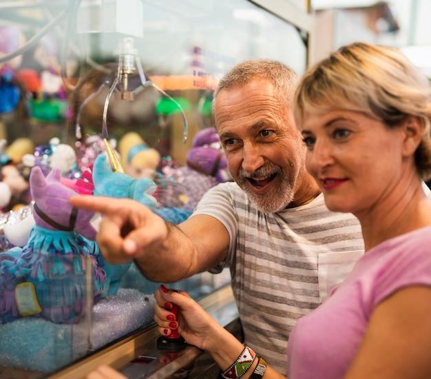 ミディアムショットの女性と男性のおもちゃを見て 無料写真