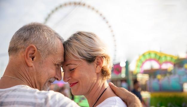 テーマパークでのクローズアップの人々のロマンチックな瞬間 無料写真