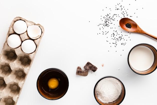 Плоская кладка ингредиентов хлеба на белом фоне Бесплатные Фотографии