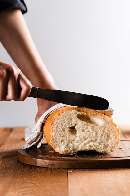 Вид спереди ручной резки хлеба Бесплатные Фотографии