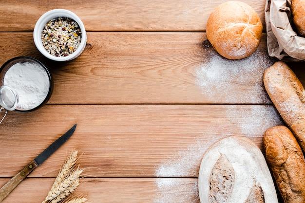木製の背景にパンのフラットレイアウト 無料写真