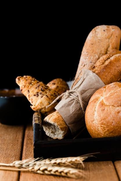 パン、クロワッサン、バゲットの正面図 無料写真