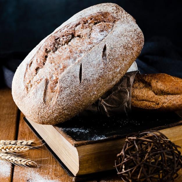 本のパンとバゲットのクローズアップビュー 無料写真