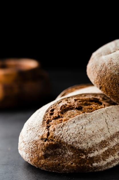 黒い背景にパンのクローズアップビュー 無料写真