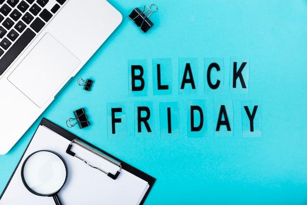 黒い金曜日のテキストと机のフラットレイアウト 無料写真