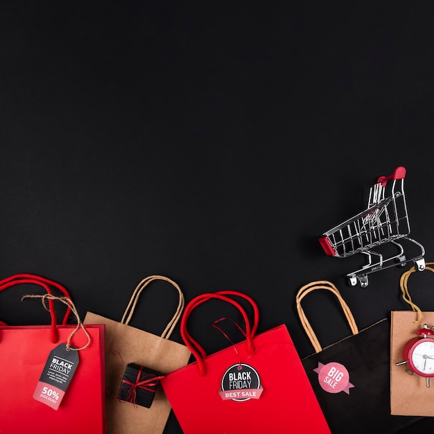ショッピングカートとさまざまな色の買い物袋 無料写真