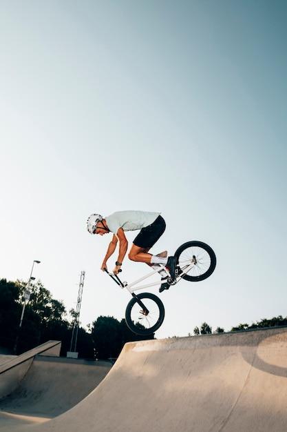 スポーティな男の極端なサイクリング 無料写真