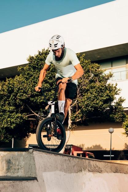 Тренировка спортсмена в скейтпарке Бесплатные Фотографии