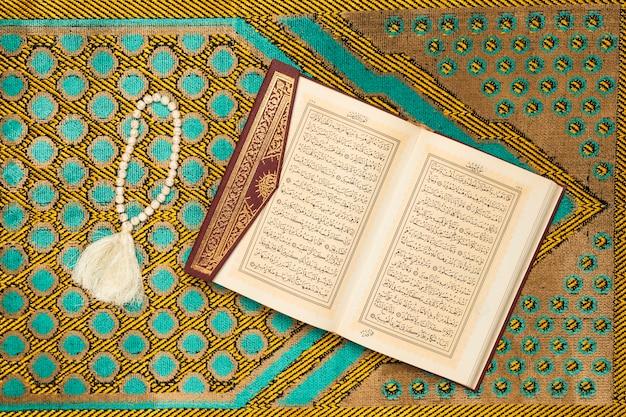 Святой коврик с книгой и браслетом Бесплатные Фотографии