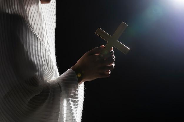 満月の木製の十字架を保持している祈り 無料写真