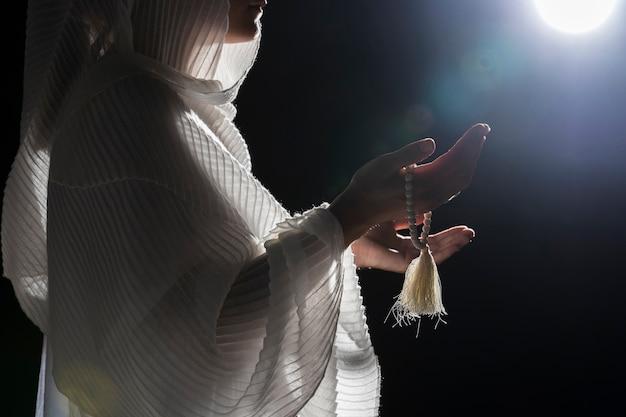 Женщина с святым браслетом молится Бесплатные Фотографии