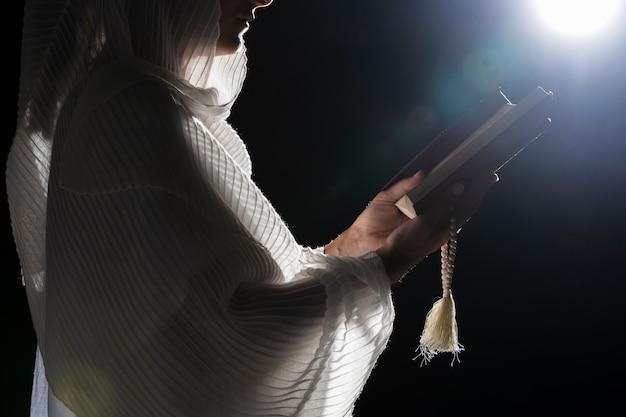 満月に祈る宗教的な女性 無料写真