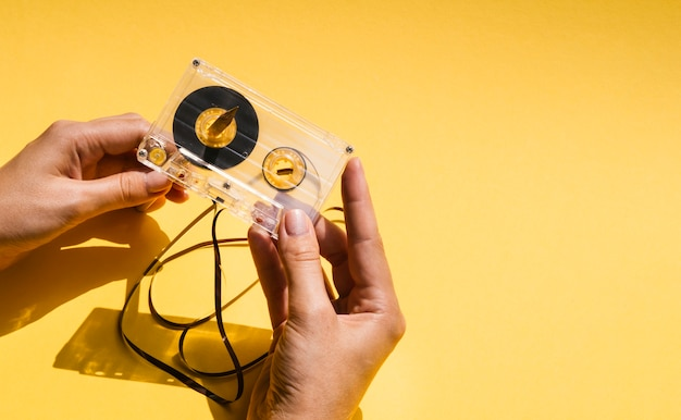 コピースペースで壊れたカセットテープを保持している人 無料写真