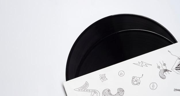 コピースペースを持つ白い背景の上のビニールレコード 無料写真
