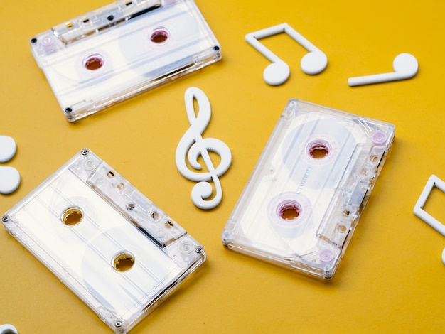 Белые кассеты с диагональным видом с музыкальными нотами вокруг Бесплатные Фотографии
