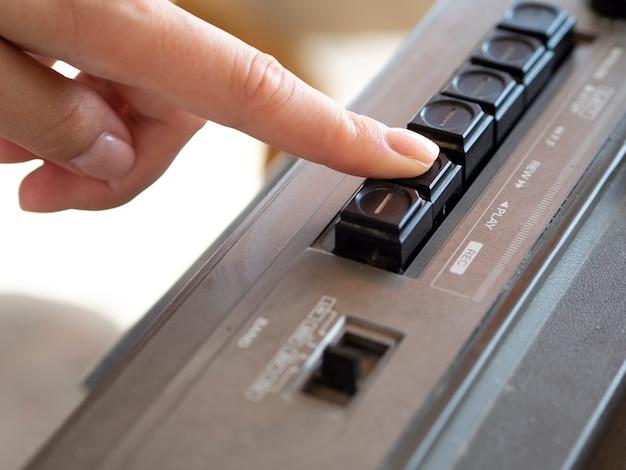 Человек нажимает кнопку музыкального проигрывателя Бесплатные Фотографии
