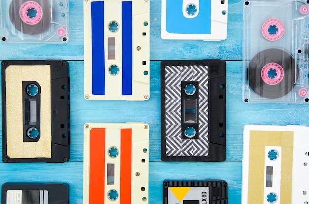 木製の表面に異なるカセットテープ配置 無料写真