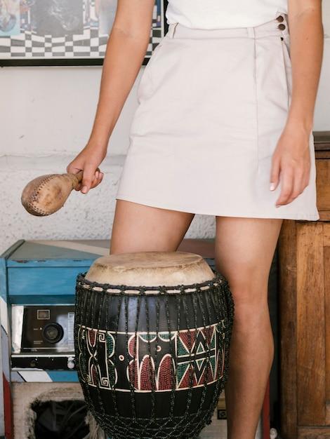 Молодая женщина с ударными инструментами вокруг нее Бесплатные Фотографии