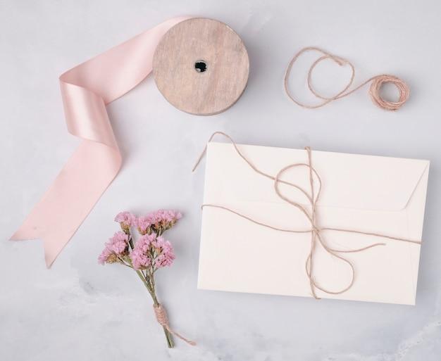 結婚式の招待状のトップビュー素敵なアレンジメント 無料写真