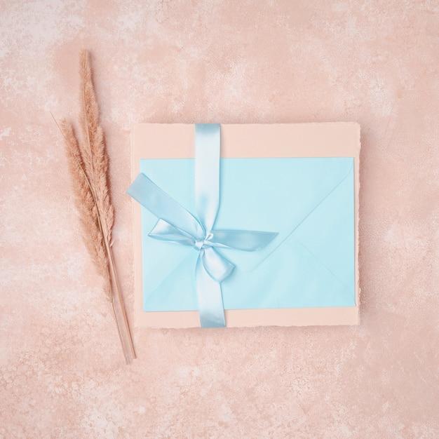 青い封筒で結婚式の招待状 無料写真