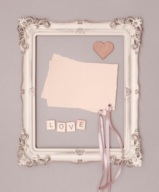 ビンテージフレームでフラットレイアウト結婚式招待状モックアップ 無料写真