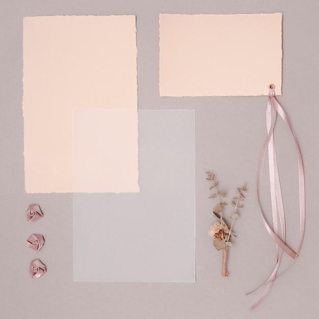 招待状や装飾品でトップビューの結婚式の配置 無料写真