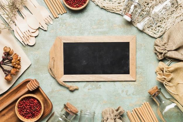 環境に優しいオブジェクトを使用した黒板のモックアップ 無料写真